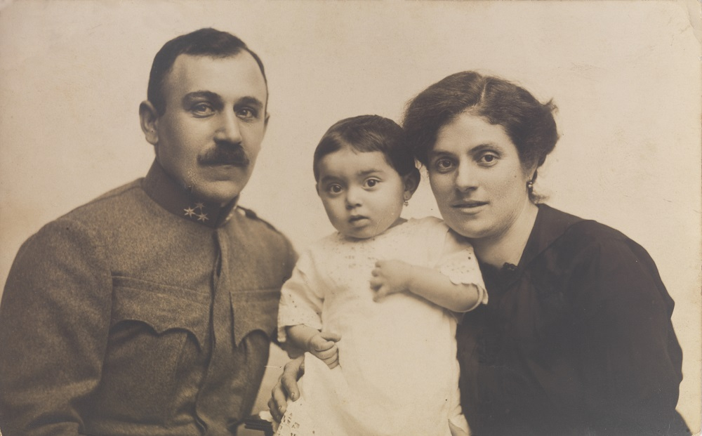 Magda Fisher con sus padres.